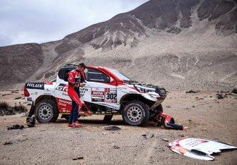 #302 Toyota Gazoo Racing Toyota Hilux: Giniel de Villiers, Dirk von Zitzewitz are repairing their car