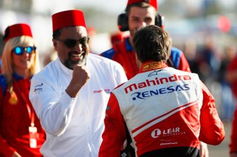 Jérôme d'Ambrosio, Mahindra Racing, viert feest met Dilbagh Gill, CEO, Teambaas Mahindra Racing