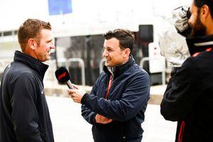Stewart-Haas NASCAR coureur Clint Bowyer in gesprek met Will Buxton.