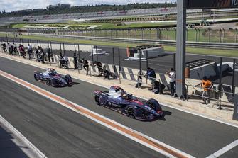 Robin Frijns, Envision Virgin Racing, Audi e-tron FE05 en Sam Bird, Envision Virgin Racing, Audi e-tron FE05 verlaten de pits