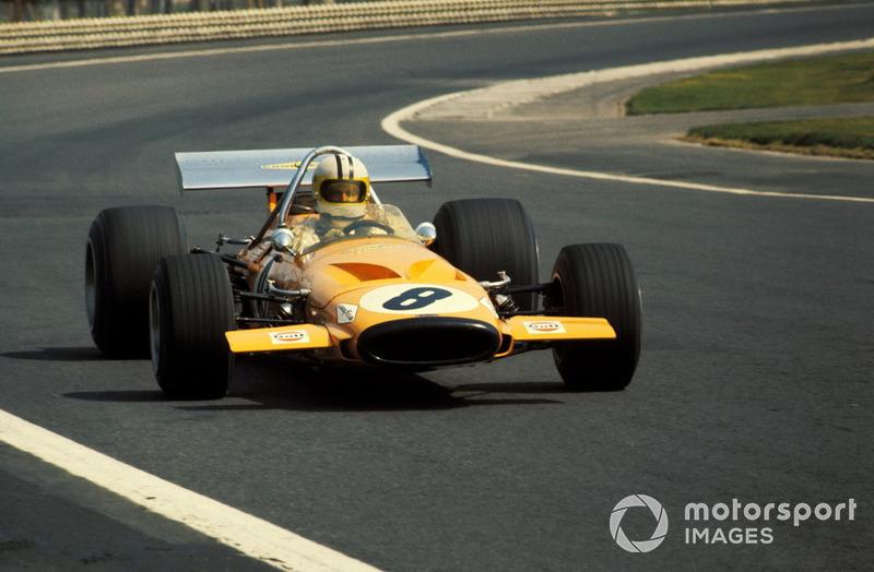 До этого машины (как McLaren M14A на фото) всегда имели корпус обтекаемой сигарообразной формы, а для охлаждения радиатора использовалось большое отверстие в носовом обтекателе. Сам радиатор при этом монтировался здесь же, что делало конструкцию сложной и повышало вероятность повреждения даже в случае небольшой аварии