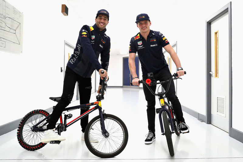 Max Verstappen, Red Bull Racing e Daniel Ricciardo, Red Bull Racing, in bici
