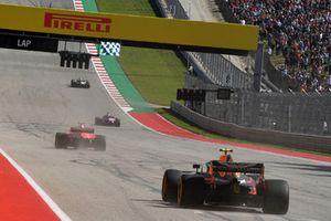 Le vainqueur Kimi Raikkonen, Ferrari SF71H et Max Verstappen, Red Bull Racing RB14 franchissent la ligne d'arrivée