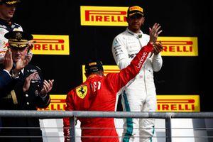 Kimi Raikkonen, Ferrari, 1° classificato, e Lewis Hamilton, Mercedes AMG F1, 3° classificato, sul podio