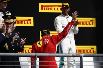 Kimi Raikkonen, Ferrari, 1e plaats, en Lewis Hamilton, Mercedes AMG F1, 3e plaats, op het podium