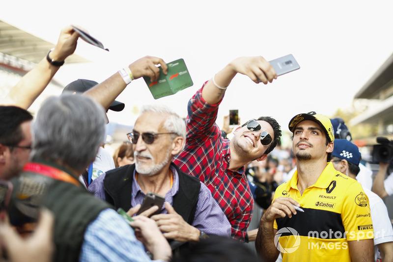 Carlos Sainz Jr., Renault Sport F1 Team, con fans