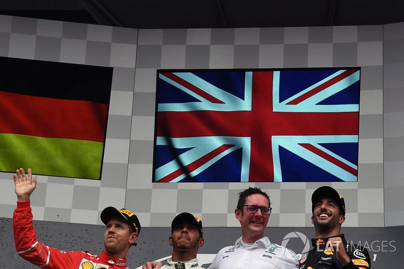 Podio: il secondo classificato Sebastian Vettel, Ferrari, il vincitore della gara Lewis Hamilton, Mercedes AMG F1, Andy Shovlin, Race Engineer Mercedes AMG F1 e il terzo classificato Daniel Ricciardo, Red Bull Racing