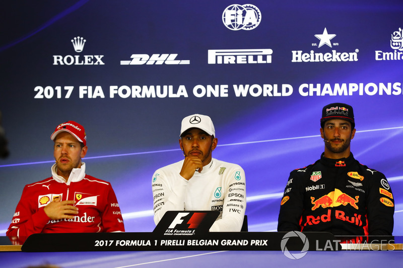 Il vincitore della gara Lewis Hamilton, Mercedes AMG F1, il secondo classificato Sebastian Vettel, Ferrari, il terzo classificato Daniel Ricciardo, Red Bull Racing nella conferenza stampa