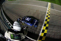 Martin Truex Jr., Furniture Row Racing Toyota pakt de winst