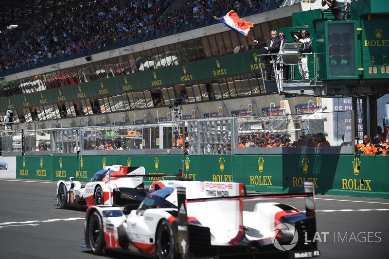 Chase Carey, FOM CEO, zwaait de Franse vlag als startsein van de race