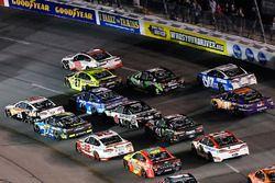 Clint Bowyer, Stewart-Haas Racing Ford, Matt Kenseth, Joe Gibbs Racing Toyotan