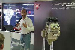 El CEO. Ducati Claudio Domenicali con el V4 de Desmosedici Stradale