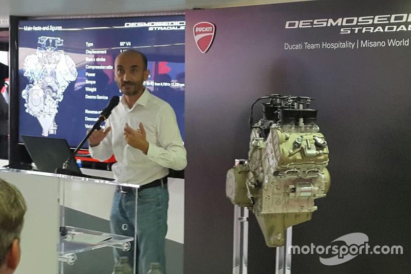 L'A.D. Ducati Claudio Domenicali con il V4 della Desmosedici Stradale