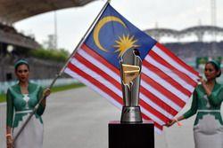 Кубок, девушки и флаг Малайзии