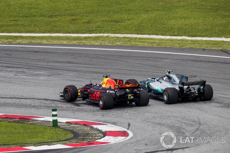 Daniel Ricciardo, Red Bull Racing RB13 y Valtteri Bottas, Mercedes AMG F1 W08