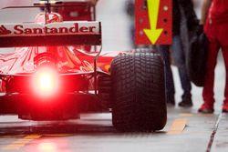 Kimi Raikkonen, Ferrari SF70H, dans la voie des stands