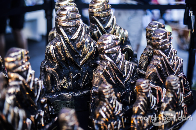 Статуэтки бедуина – трофеи «Дакара»