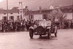 All'età di 22 anni Emmanuel De Graffenried debutta alla Mille Miglia alla guida di un'Alfa Romeo 6C-1500: non arriverà fino in fondo.