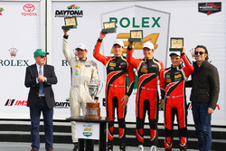 Podium PC: winnaars James French, Kyle Mason, Patricio O'Ward, Nicholas Boulle, Performance Tech Mot