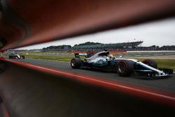 Льюис Хэмилтон, Mercedes AMG F1 W08, и Серхио Перес, Sahara Force India F1 VJM10