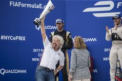 Sir Richard Branson levanta el trofeo en el podio