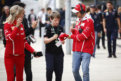 Sebastian Vettel, Ferrari, signos un autógrafos para un un joven fan