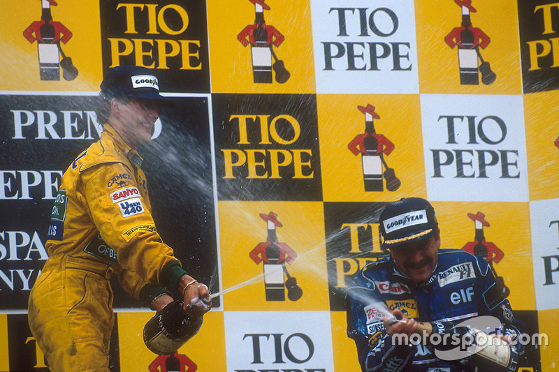 Podio: ganador de la carrera Nigel Mansell, Williams Renault y Michael Schumacher, Benetton Ford el segundo lugar