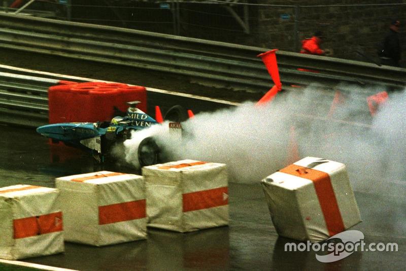 А на следующем круге в точно такую же аварию угодил Джанкарло Физикелла: итальянец влетел в Minardi Шинджи Накано на торможении перед «Автобусной остановкой», после чего его Benetton загорелся