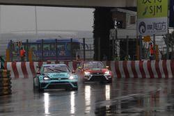 Stefano Comini, Leopard Racing Team Volkswagen Golf GTI; Pepe Oriola, Craft Bamboo Racing SEAT León SEQ