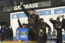Ganador de la carrera Kaz Grala, GMS Racing Chevrolet en Victory lane