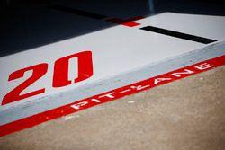 Kevin Magnussen, Haas F1 Team, pit lane track detail