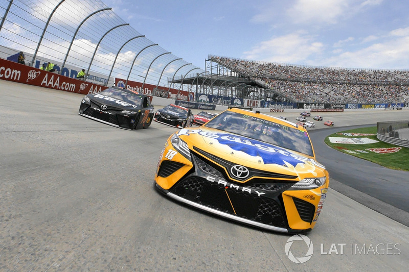 9. Kyle Busch, Joe Gibbs Racing Toyota, Martin Truex Jr., Furniture Row Racing Toyota lideran la parrilla al inicio de la carrera