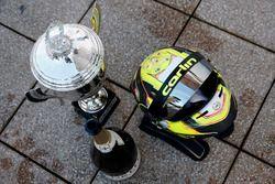 Trofeo y casco de Lando Norris, Carlin Dallara F317 - Volkswagen