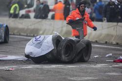 Le gomme di protezione finite a centro pista dopo l'incidete di Dario Caso, Ford Mustang