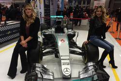 Benedetta Mazza e Costanza Caracciolo posano con la Mercedes W07 Hybrid di Nico Rosberg nello stand di Motorsport