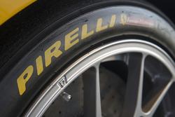Detail: Pirelli-Reifen am Ferrari 488 Challenge