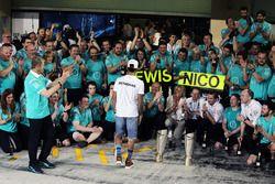 Lewis Hamilton, de Mercedes AMG F1 celebra con Thomas Weber, miembro de la Junta de administración d