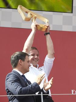 Le délégué reçoit le trophée des constructeurs pour Mercedes