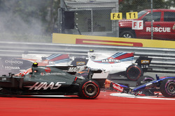 Max Verstappen, Red Bull Racing RB13, Fernando Alonso, McLaren MCL32, Daniil Kvyat, Scuderia Toro Rosso STR12, are involved in a crash at the start as Kevin Magnussen, Haas F1 Team VF-17, takes avoiding action
