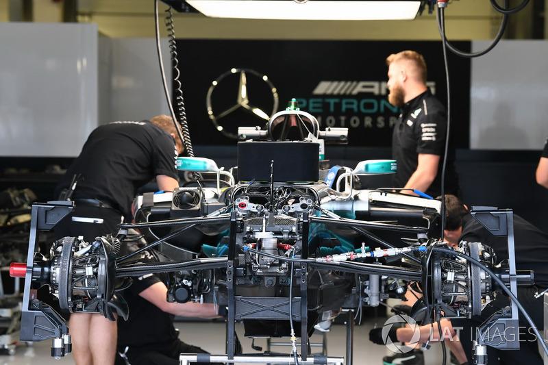 El coche Mercedes-Benz F1 W08  en el box