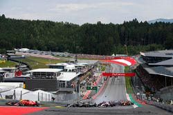 Bodywork flies as an accident involving Daniil Kvyat, Scuderia Scuderia Toro Rosso STR12, Fernando A