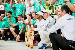 Race winnaar Valtteri Bottas, Mercedes AMG F1, Lewis Hamilton, Mercedes AMG F1, het Mercedes team