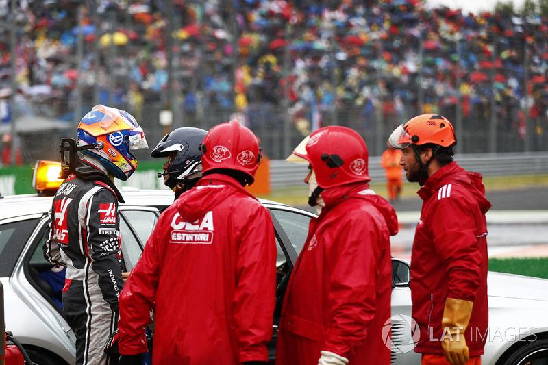 Romain Grosjean, Haas F1 Team VF-17, el equipo médico tras su accidente