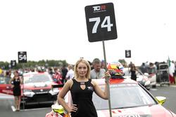 Gridgirl für Pepe Oriola, Lukoil Craft-Bamboo Racing, SEAT León TCR