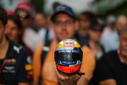 Un fan avec une réplique de casque Red Bull Racing