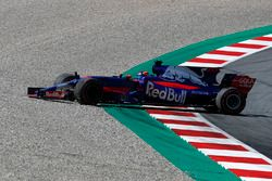Daniil Kvyat, Scuderia Toro Rosso STR12 spins into the gravel