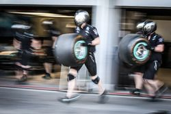 Mercedes AMG F1 mecánicos hacen un pitstop de práctica