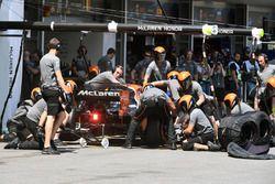 Fernando Alonso, McLaren MCL32 pit stop