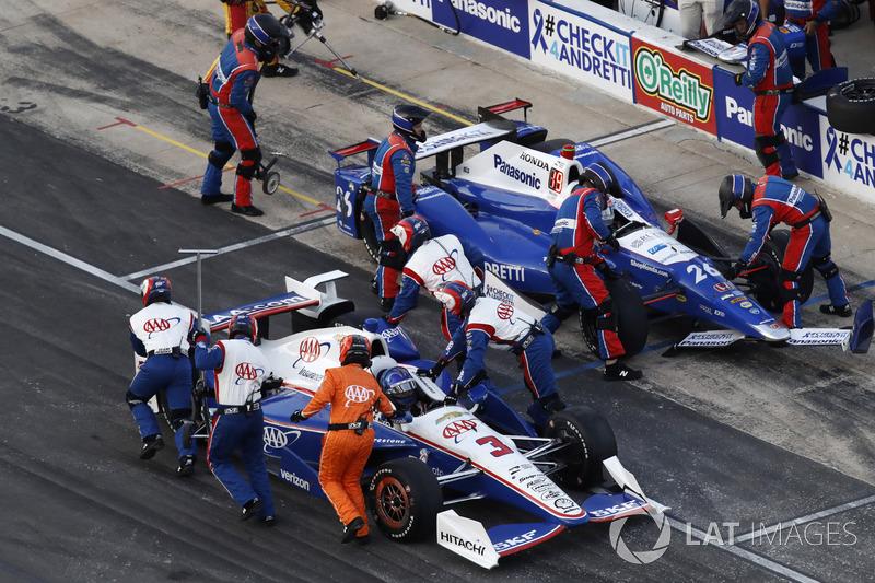 Kollision in Boxengasse: Helio Castroneves, Team Penske Chevrolet Takuma Sato, Andretti Autosport Honda