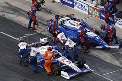 Helio Castroneves, Team Penske Chevrolet Takuma Sato, Andretti Autosport Honda pitstop crash